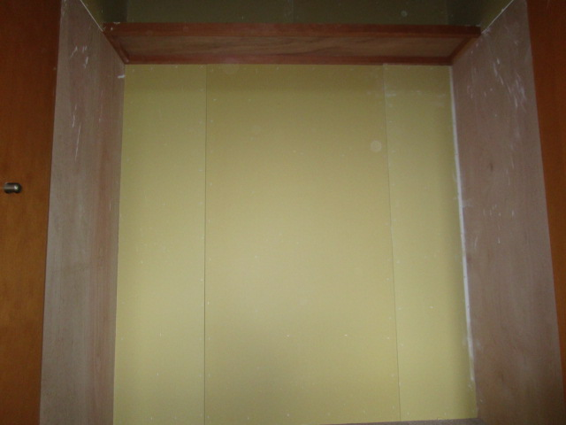 施工中  クローゼット内部中段の棚を撤去し、下地ボード貼り