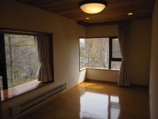 施工前  白無地のシンプルな壁・板張り天井の雰囲気を変えたい