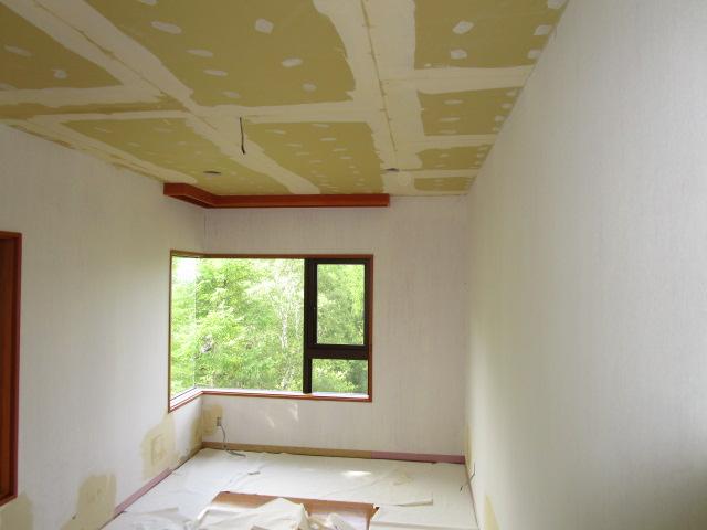 施工中   既存の壁クロスを剥がした上で下地パテ処理、天井ボード貼り