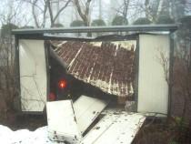 施工前  屋根からの落雪により破損したプレハブ物置(正面)