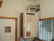 施工前  経年劣化により故障したFF式ガス給湯機(FF式 : 強制給排気式)