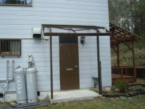 施工前  屋根からの落雪により破損したアルミ製玄関ひさし(正面)