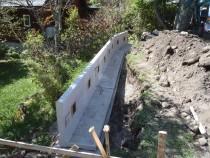 施工中  土手側を掘削しコンクリート製L型擁壁を設置