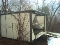 施工前  屋根からの落雪により破損したプレハブ物置(左面)