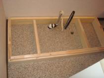 施工中  既存洗面化粧台を撤去の上嵩上げ用の台輪を設置