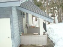施工前  柱が折れたために屋根が傾いてしまった状況