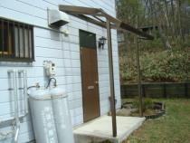 施工前  屋根からの落雪により破損したアルミ製玄関ひさし(左面)