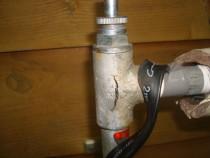 施工前  水道管部材の凍結による破損箇所(縦に亀裂が発生)