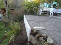 施工中  L型擁壁設置後埋め戻しし砕石敷きこみ