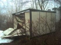 施工前  屋根からの落雪により破損したプレハブ物置(右面)