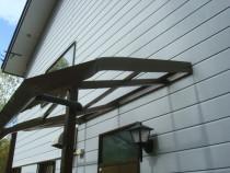 施工後  屋根からの落雪により破損したアルミ製玄関ひさし(右側)