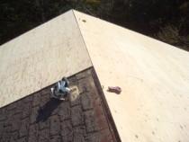 施工中  カバー工法のため既存の屋根上に新規の合板貼り