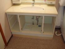 施工中  嵩上げ用の台輪の上に既存洗面化粧台を設置