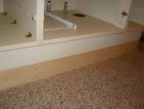 施工中  嵩上げ用台輪の上に既存洗面化粧台を設置